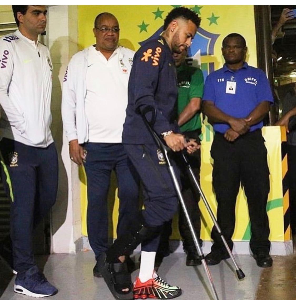 Jogador Neymar, Dr. Felipe Kalil e equipe após a cirurgia.